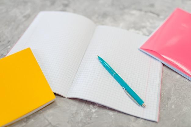 テーブルの上の檻の中のノート、文房具店
