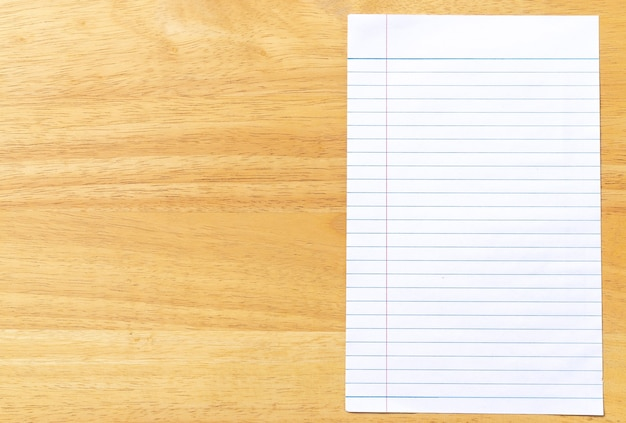 Блокнот линованная бумага на деревянном фоне
