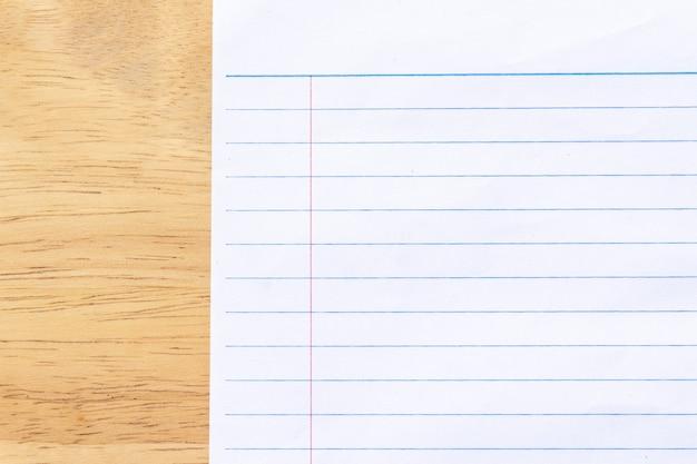 Бумага для заметок на деревянном фоне
