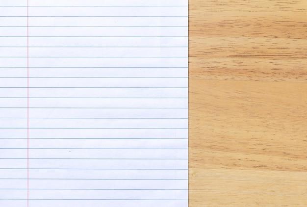 Ноутбук линованной бумаги на фоне деревянный стол