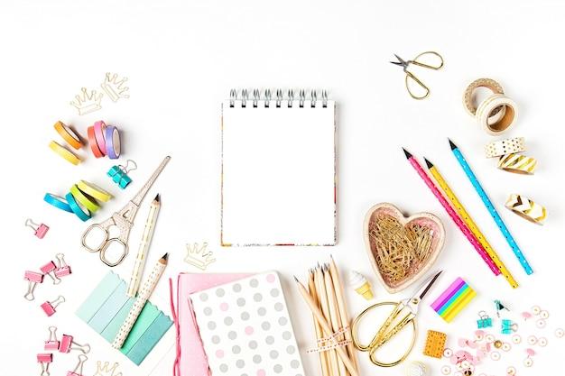 ノートブックのモックアップと学校の文房具フラットは、学校のコンセプトにトレンディなトップビューを置きます