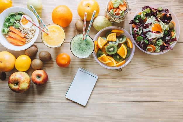 Ноутбук возле здоровой пищи