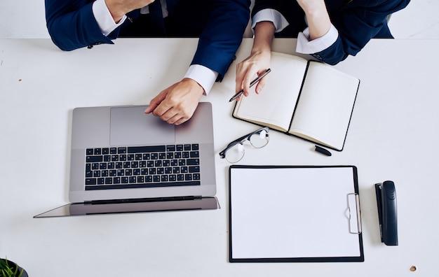 Ноутбук офисные принадлежности блокнот очки документы вид сверху