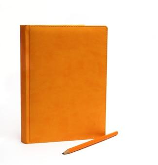 白い背景の上のノートブック、クローズアップ