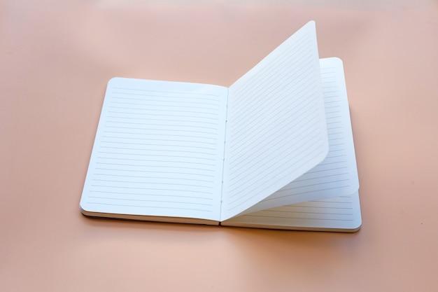 テーブルの上のノート