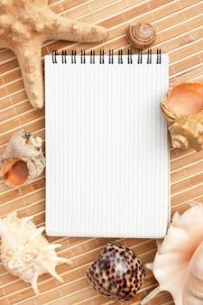 マットと貝殻の背景に関するノート