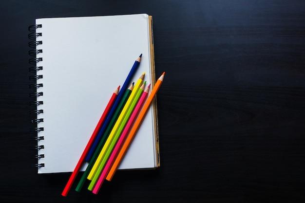 机の上のノート、ノートの空のスペース
