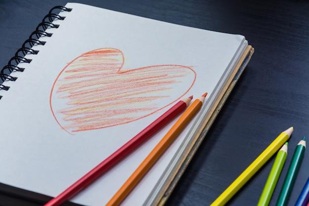 机の上のノート、ノートを描く心