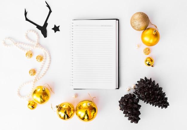 Ноутбук открытый макет рождество, еловые ветки сосновые шишки свечи плоские