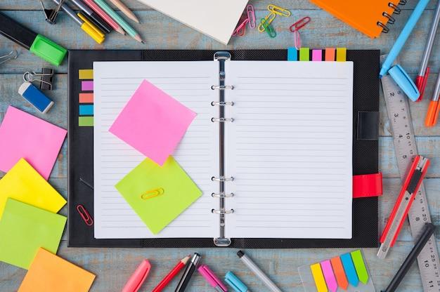 빈티지 나무 테이블에 노트북 종이 및 학교 또는 사무실 도구