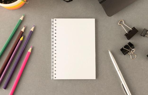 회색 테이블과 색연필에 누워 노트북 종이