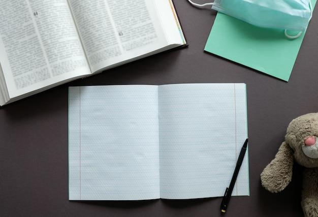 テーブルの上のノート、ペン、教科書。通信教育。