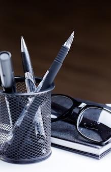 Блокнот, карандаш и очки