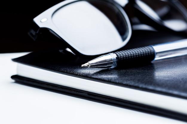 노트북, 연필 및 안경