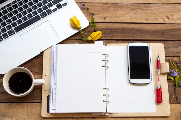 Блокнот-планировщик, компьютер, мобильный телефон для деловой работы