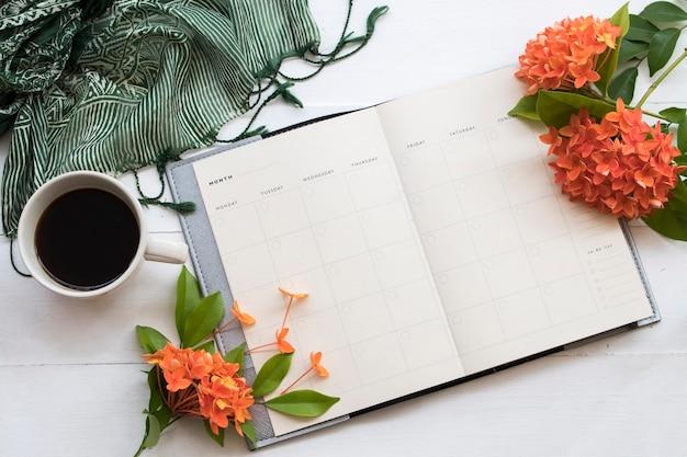 白い机の上でビジネスのためのノートブックプランナー