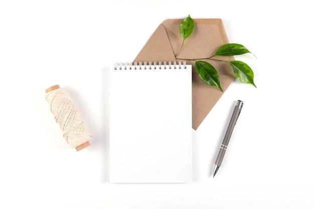 Конверт из переработанной бумаги для ноутбука и катушка с простой крупной нитью