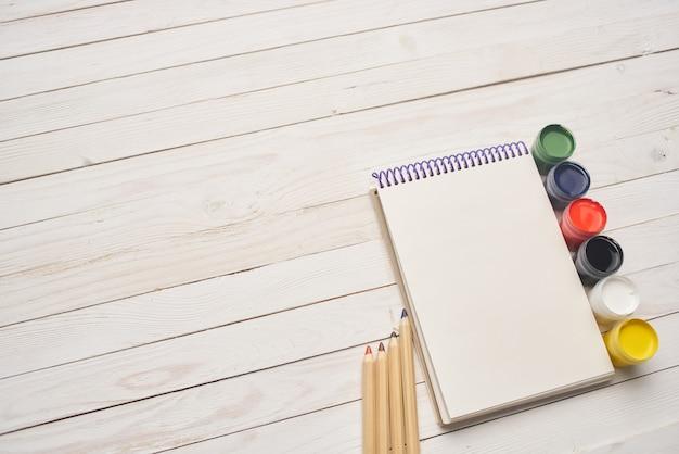 創造性の木の背景を描くノートブック水彩絵の具