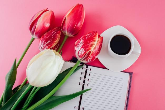 エスプレッソコーヒーと新鮮なチューリップのカップのノート
