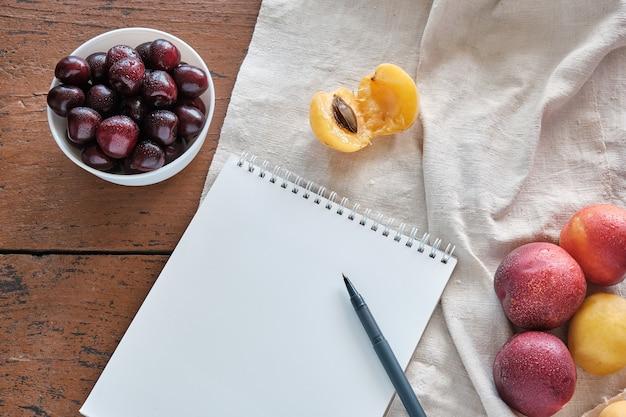 Блокнот с ручкой лежит на столе