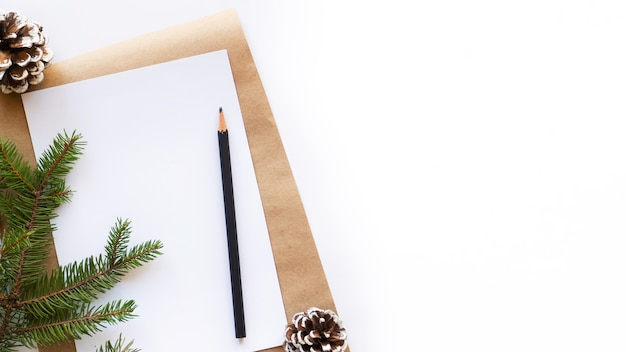 Блокнот с карандашом еловые шишки елочная ветка