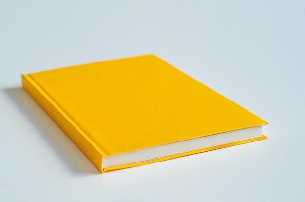 明るいカバー付きノートブック