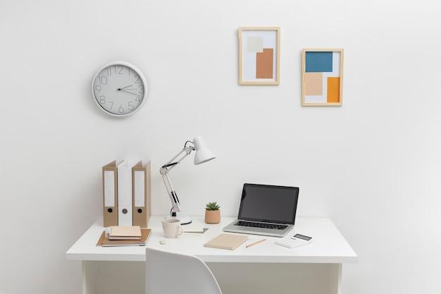 책상에 체크리스트와 노트북