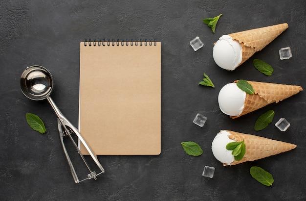 アイスキューブとコーンのアイスクリームとノート