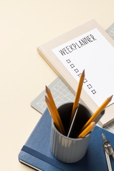 Notebook con lista delle cose da fare sulla scrivania