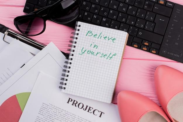 鮮やかなピンクの背景にモチベーションの言葉が入ったノートブック、キュートなフェミニンなアクセサリーサングラスw ...