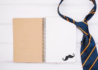 飾り口ひげとネクタイとノート