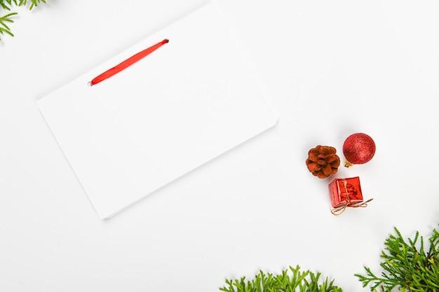 Блокнот с ручкой на рождественском пространстве