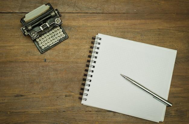 テーブルの上にペンでノート
