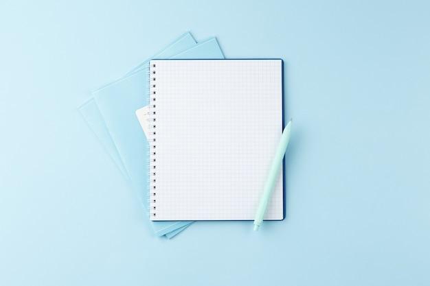 파란색 테이블에 연필로 노트북
