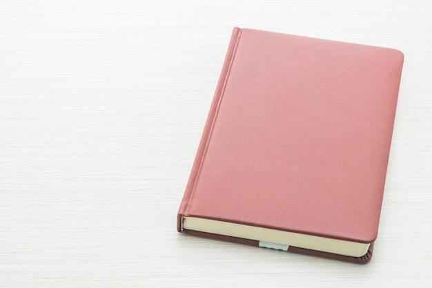 赤いカバー付きノートブック