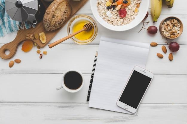Ноутбук со смартфоном рядом с завтраком Бесплатные Фотографии
