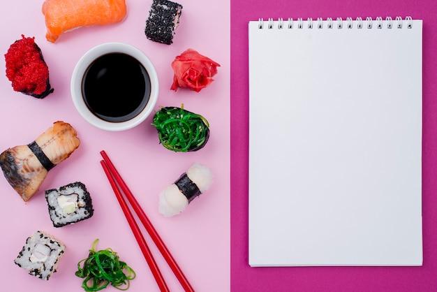 テーブルに巻き寿司のノート