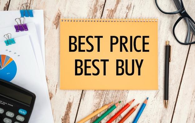 텍스트가있는 노트북-best price best buy, 사무실 테이블, 문서, 계산기, 안경 및 펜