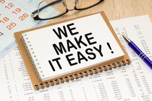 Блокнот с текстом мы делаем это легко на офисном столе, документах, калькуляторе, очках и ручке