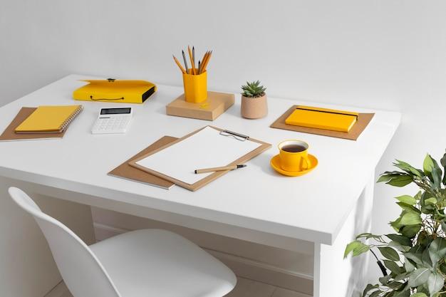 Ноутбук со списком дел на столе