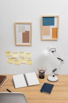 机の上のやることリスト付きのノートブック