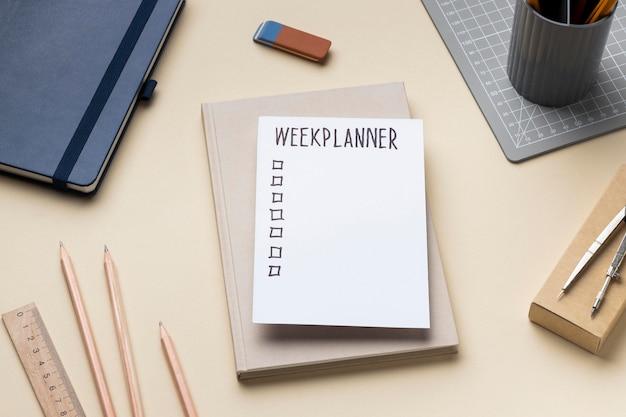 책상에 할 일 목록이있는 노트북