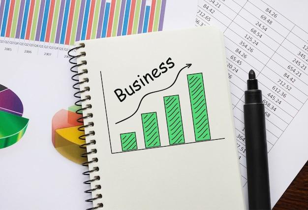비즈니스에 대한 도구 및 메모가 포함 된 노트북