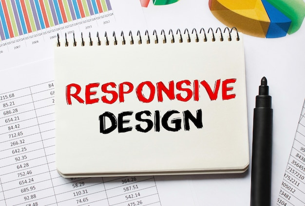 반응 형 디자인에 대한 도구 및 메모가있는 노트북
