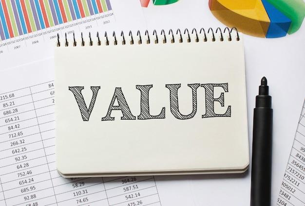 도구와 가치에 대한 노트가있는 노트북