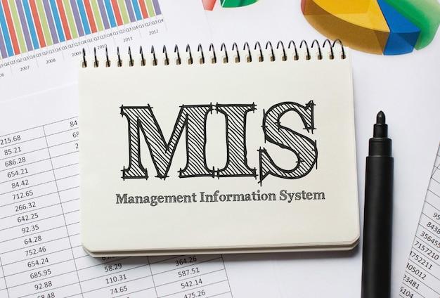 Mis, 개념에 대한 도구 및 메모가있는 노트북