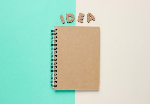 白と青に分離された単語のアイデアのノート