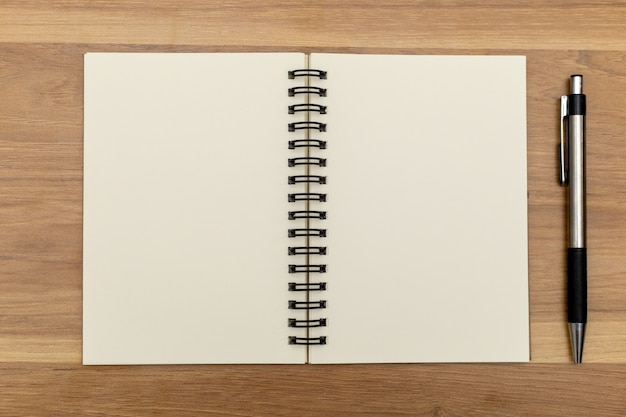 На стол кладут блокноты и ручки.