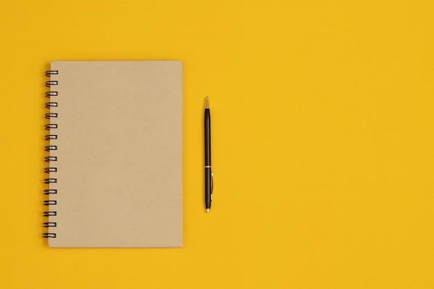 노트와 펜은 필기의 일부로 사용됩니다.