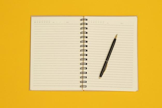 노트북과 펜은 다양한 출판물의 디자인에 사용됩니다.